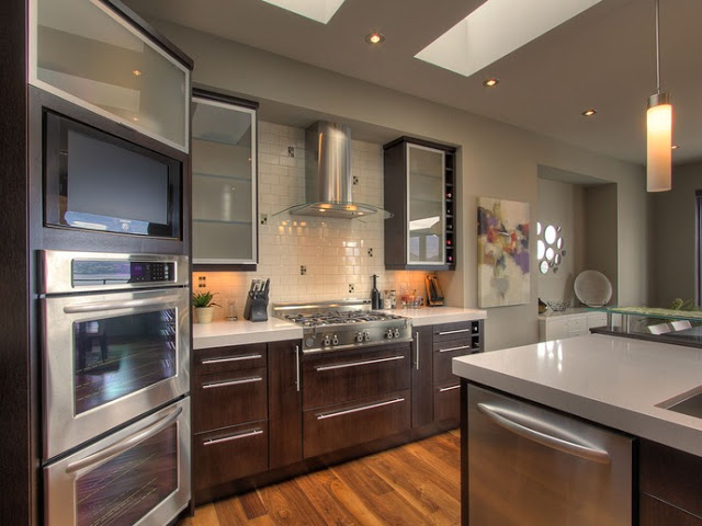 Tratto Glass Hood In A Modern Kitchen Setting